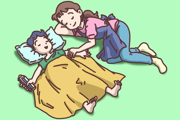 昼寝をする親子のイラスト。 子供を寝かしつけていたお母さんもウトウトと…。