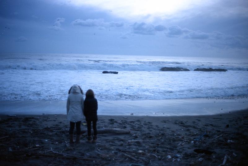海岸に佇む2人