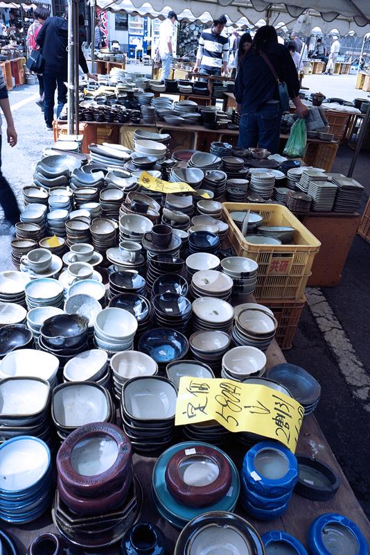たくさんの陶器が並ぶ市場
