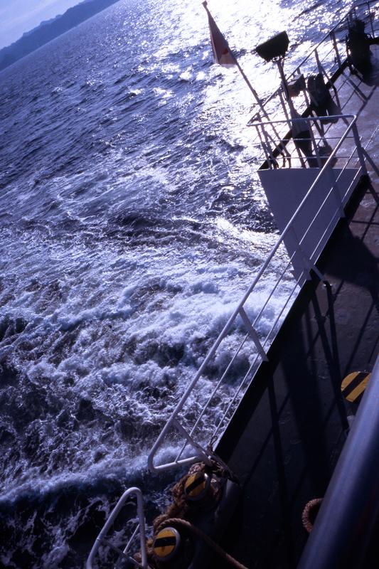 朝の東京湾を走り抜ける